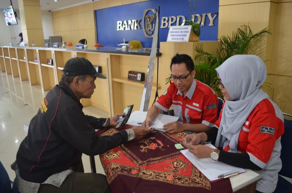 Tim PKRS Rumah Sakit bersama Bank BPD DIY Cabang Senopati melakukan pemeriksaan kesehatan secara rut
